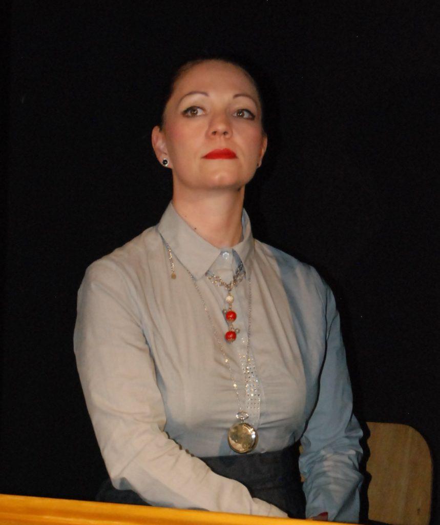 Sig.ra LUISA LEONE, banchiera (Sonia Bracone)