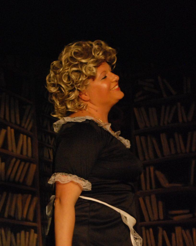 ELENA, cameriera con velleità artistiche (Vera Dima)